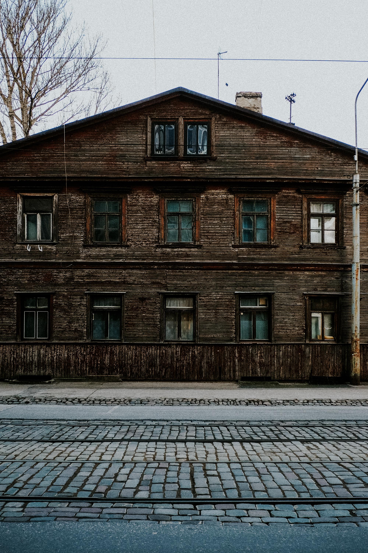 Die typischen Holzfassaden der Wohnhäuser